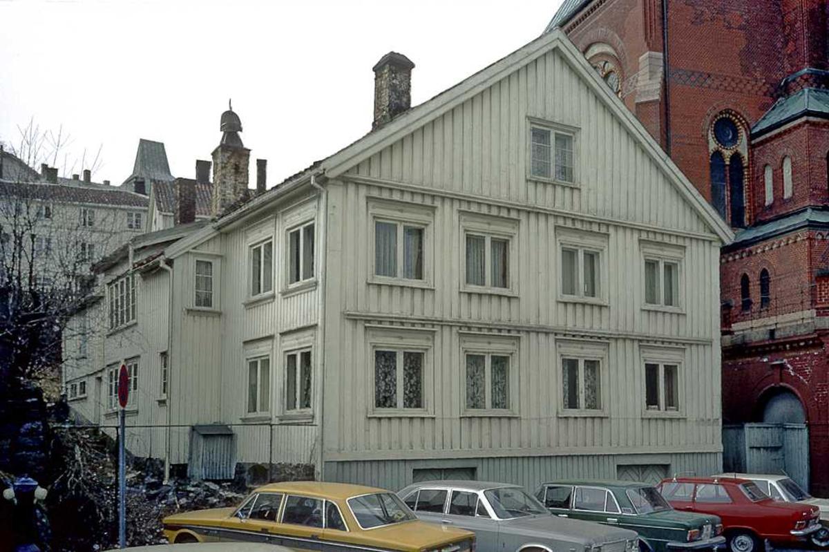 Tyholmen. Det Lindvedske Hus på opprinnelig plass i Friergangen, vegg i vegg med Trefoldighetskirken. før flytting. Gavlen veder mot gaten.