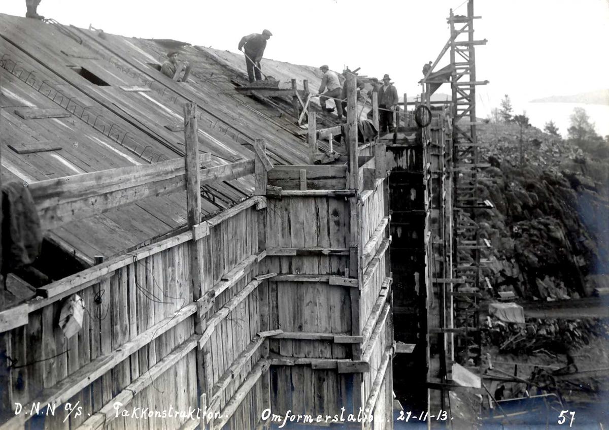 """""""27/11-1913"""" Nitriden. Omformerstasjonen, 1. byggetrinn. Arbeider på taket, Heisanordning for betong. Tromøysund, og Tromøy til høyre."""