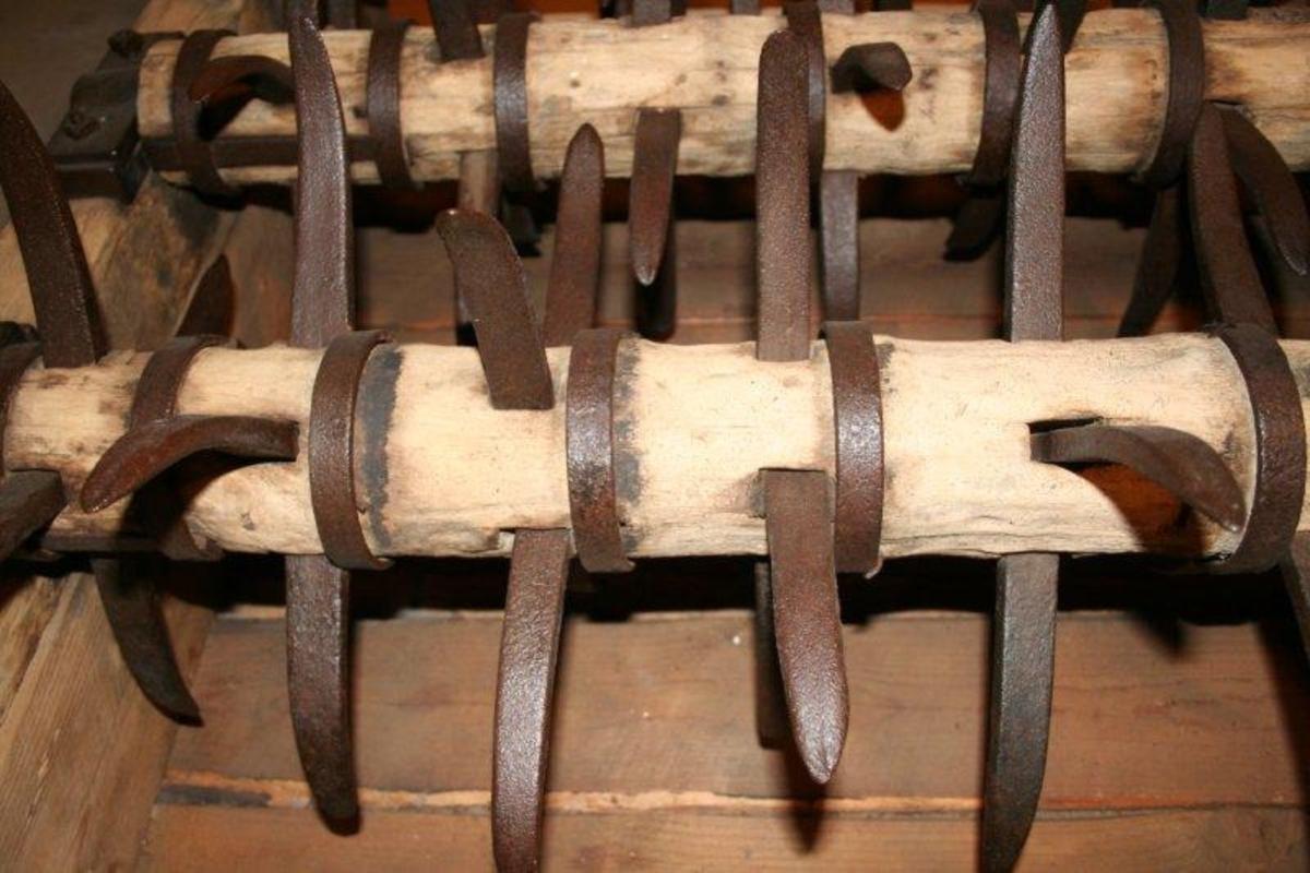 Ramme av bjelker med 4-kantet tversnitt tappet sammen i hjørnene. Forsterket med L-formede jernbeslag i hjørnene. Firkantet ramme med 3 akslinger, hver med 9 kryss