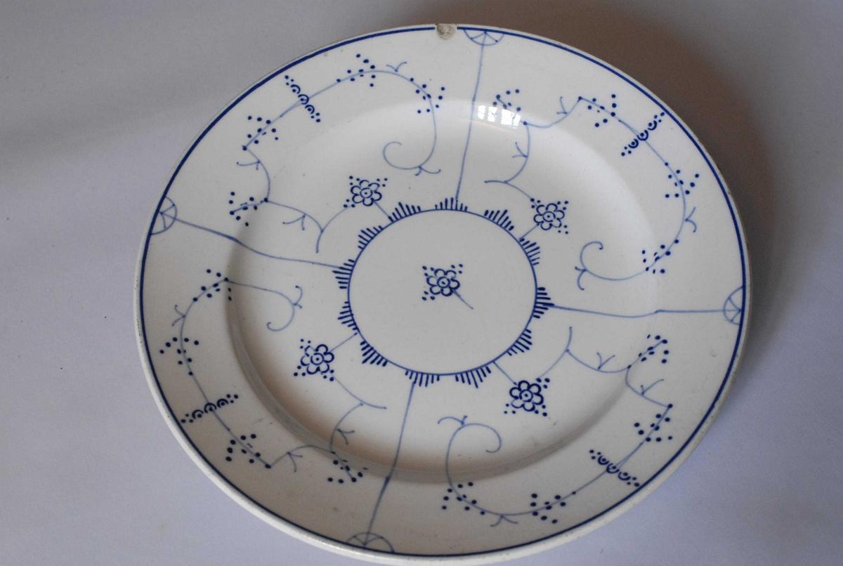 Enkle figurer og streker i blått. Stråmønster ifølge katalogen