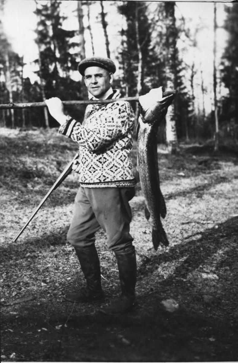 Jorulf Bjørnstad med gjedde fra Rullestadtjernet.