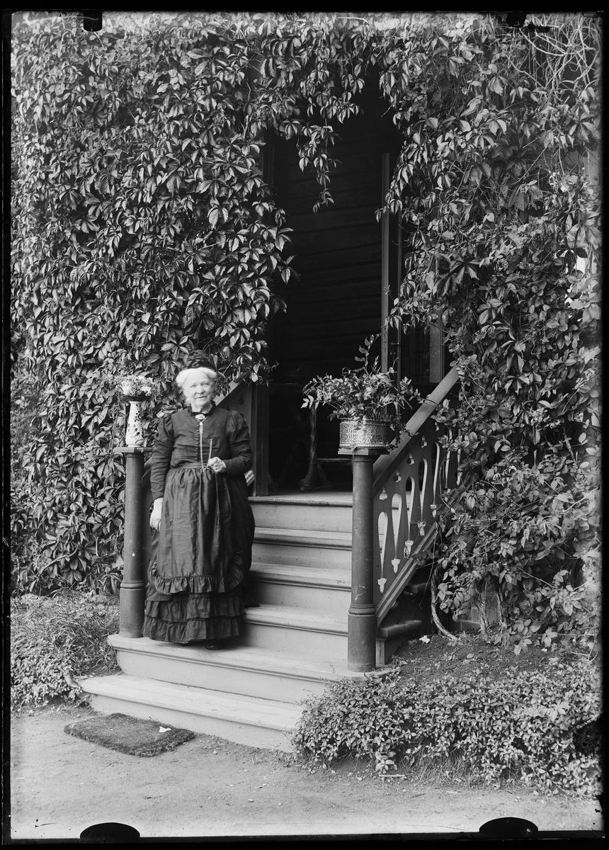 Bestemor på trappen.