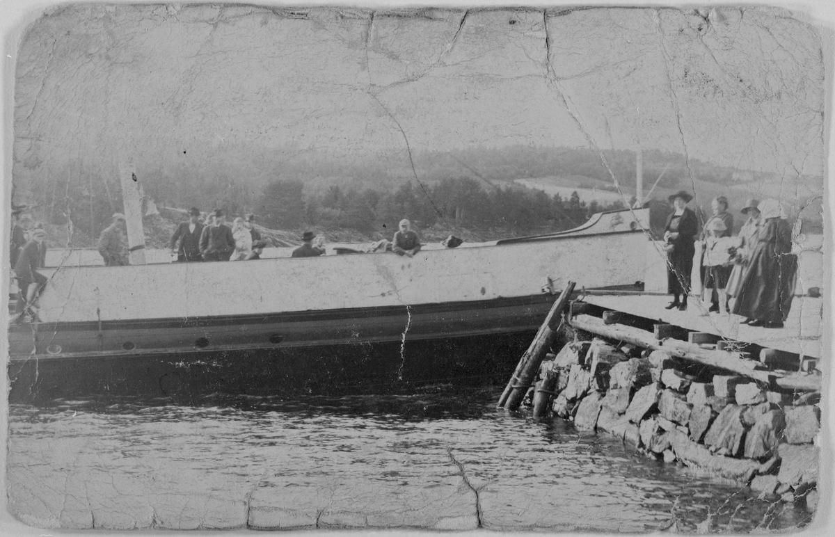 """Dampbåten """"Strømmen"""" på Øyeren."""