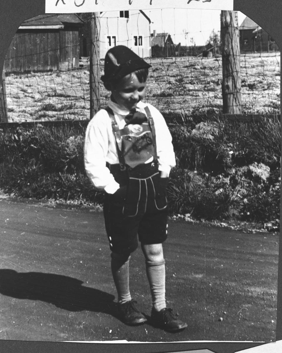 Arne Helmer Olsen utenfor Kakebua i tyrolerdrakt.