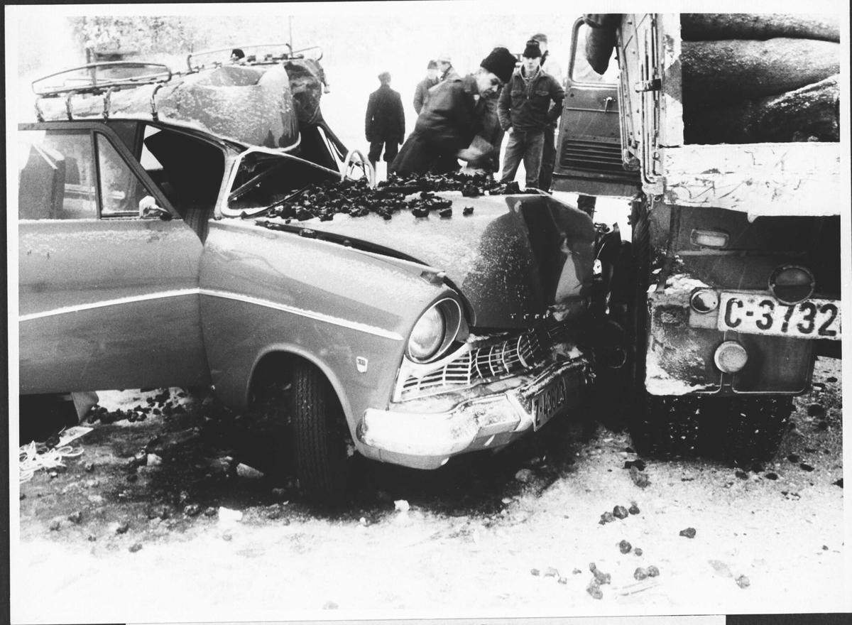 Bilulykke. Personbil har kolidert med bakhjulet til en lastebil lastet med koks.