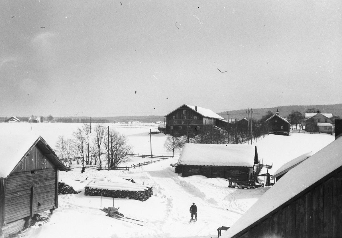 Ivar Wandsemb henter posten. Foto fra taket på Klodsbodding. Smedsbodding i bakgrunn.