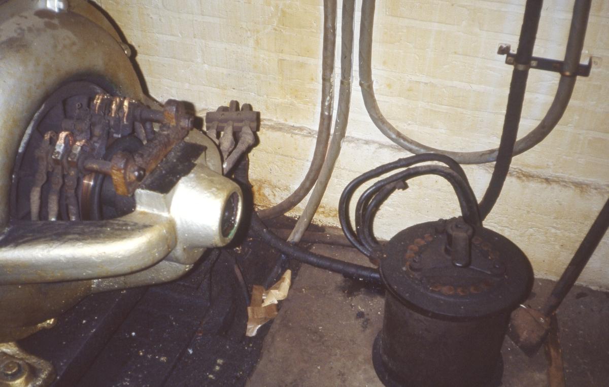 Gammel motor med starter på gulvet for impregneringskjele, kreosot, Henry Johansen Ltd.