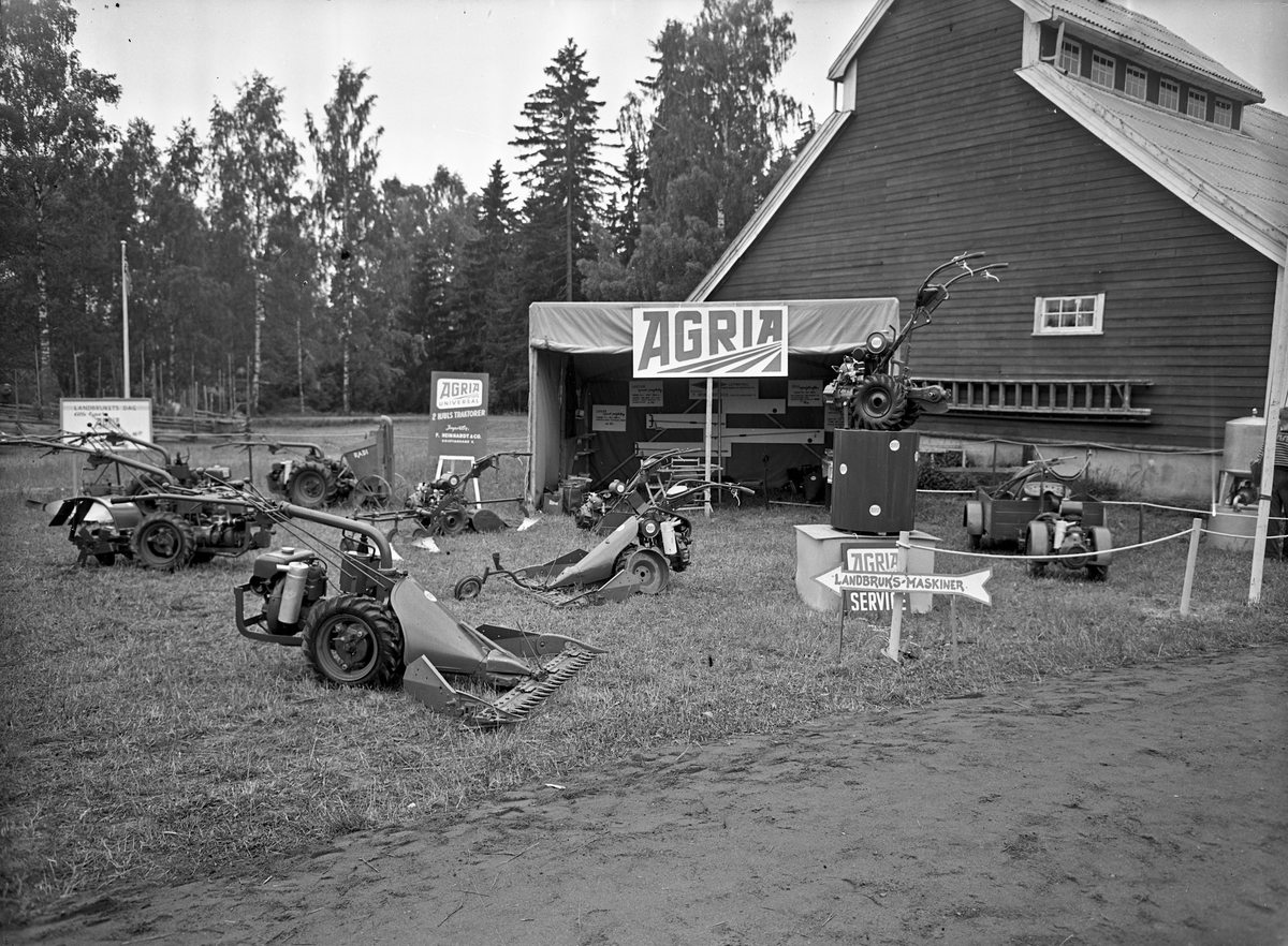 Fra Eidsvoll Bygdeutstilling i 1955,  Agria tohjulstraktorer med slåmaskin, harve, såmaskin, plog, vogn, m.m.
