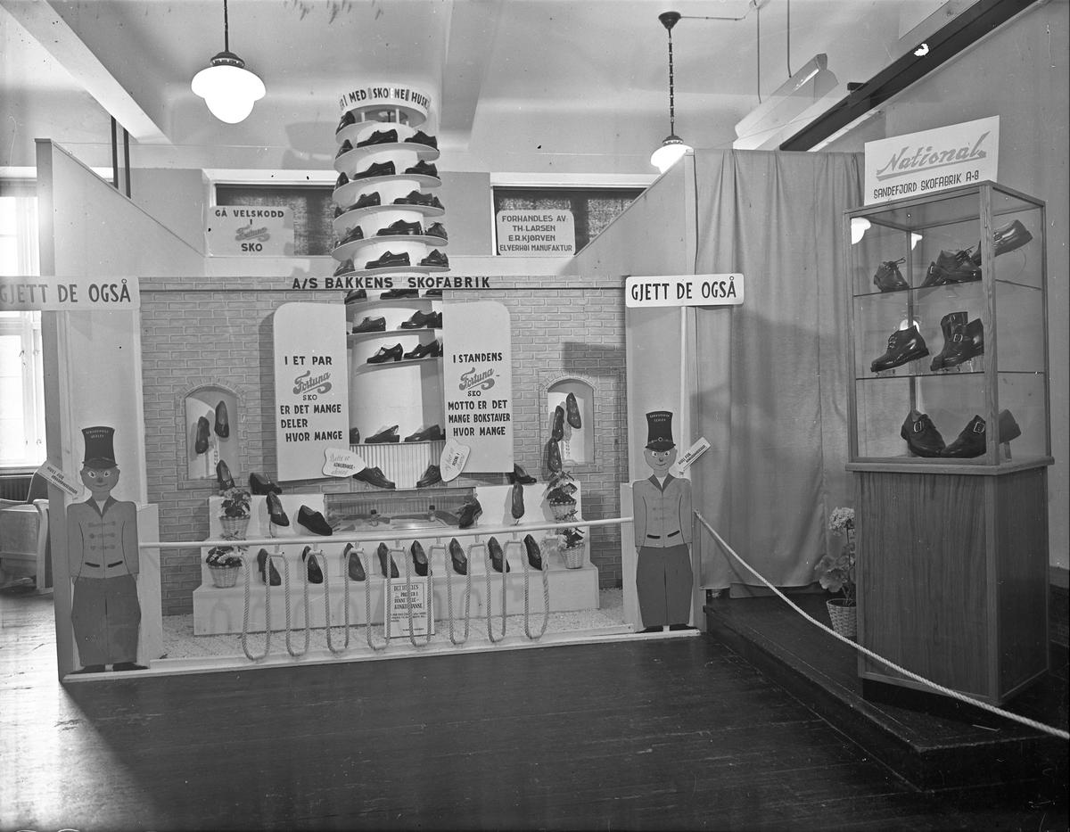 Fra Eidsvoll Bygdeutstilling i 1955,  Stand for National - Sandefjord skofabrikk, Bakkens skofabrikk, Fortuna sko.