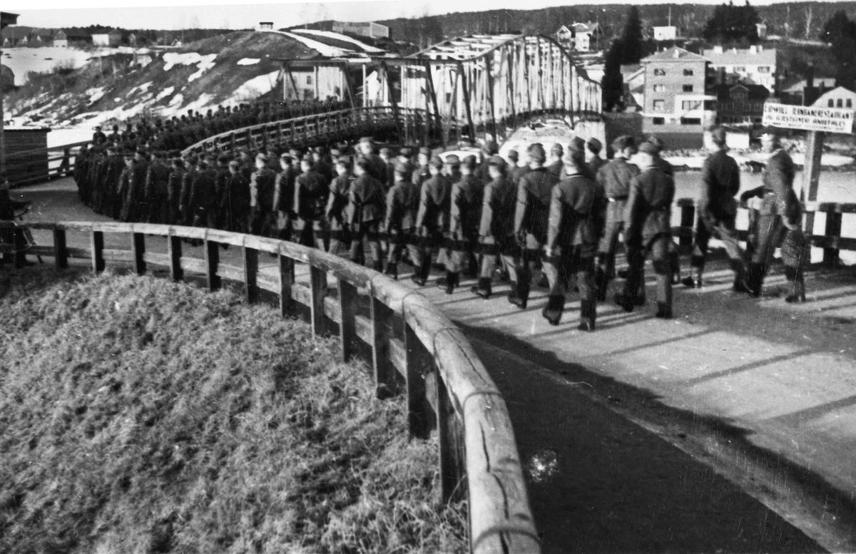 Tyskere i taktfast marsj mot Sundet fra leiren sin på Myhrer under krigen. De har ikke våpen, og er ganske sikkert på vei til Panorama kino.