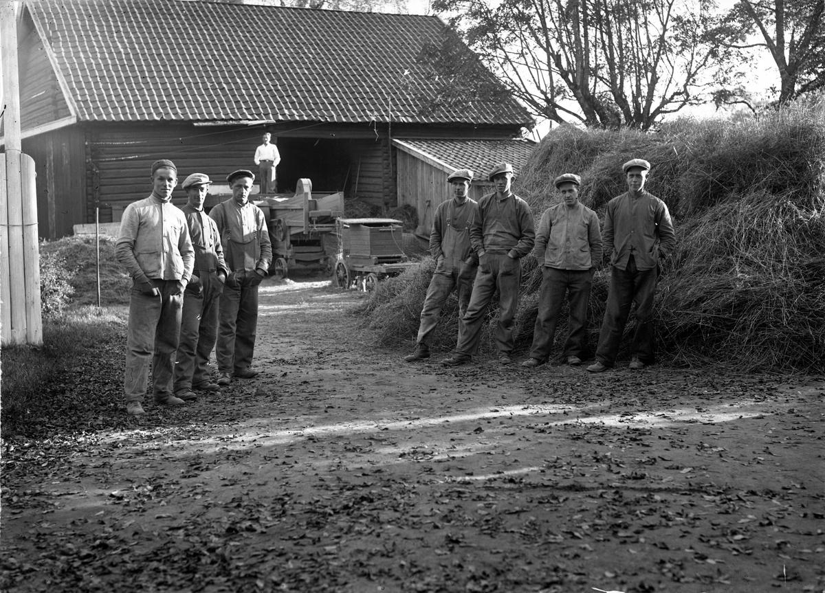 Treskelag på Mattises. Fra v.: Trygve Eidsæter, Rudolf Skovly, Harald Sandal, Sven W Asplund,  Alfred Holter, Knut Skovly, X.