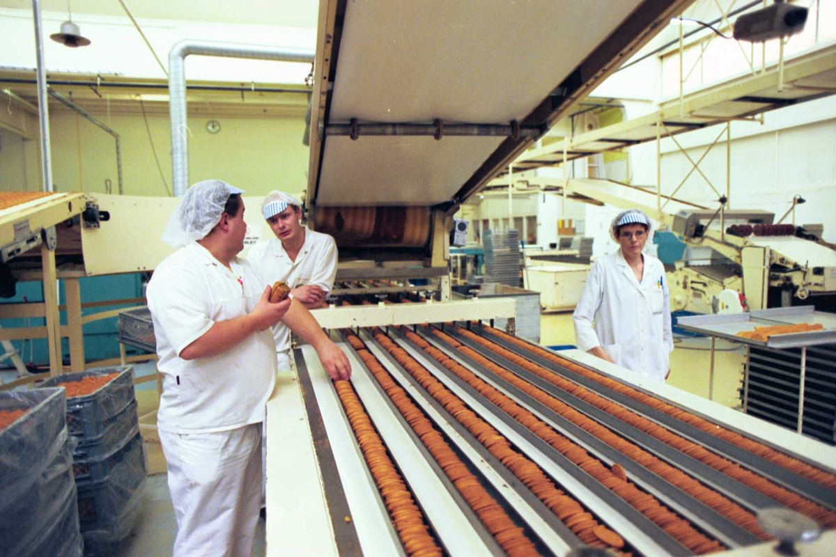 Gjendekjeks, arbeidere, menn, kvinne, arbeidstøy, arbeidsmiljø, fabrikkmiljø, maskiner