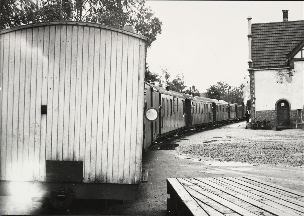 Tog retning Skulerud står klart til avgang på Sørumsand stasjon. .