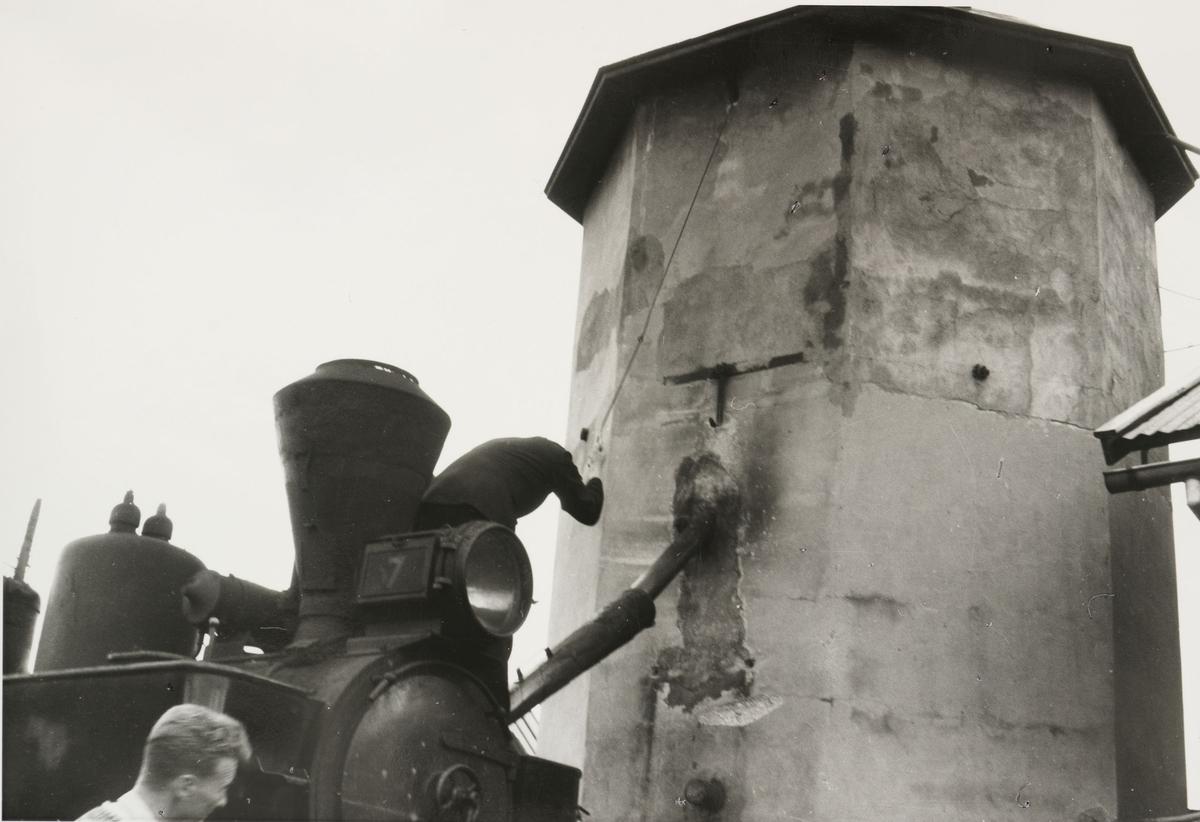 Vannfylling fra søndre vanntårn på Bjørkelangen. Tog 2051 til Skulerud.