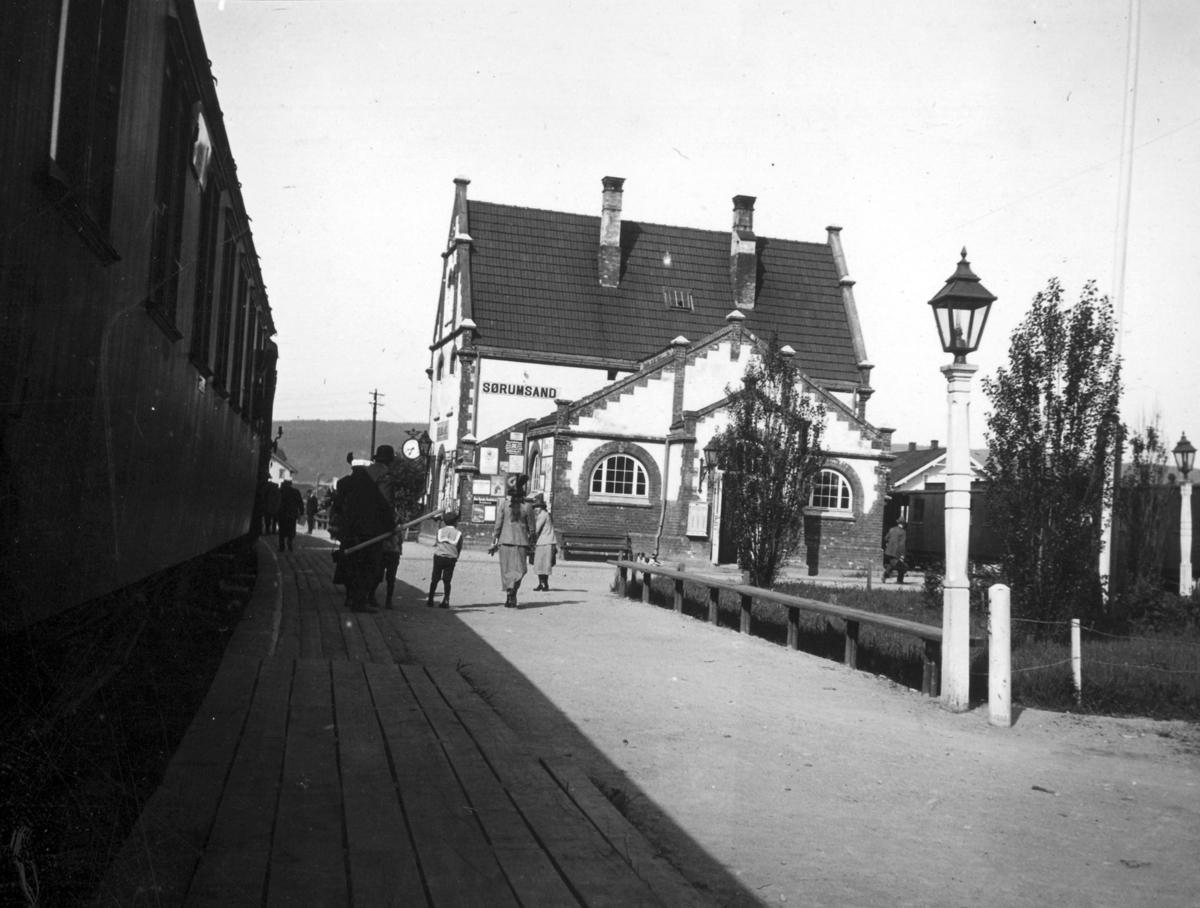 Tog på Kongsvingerbanen står på Sørumsand stasjon.