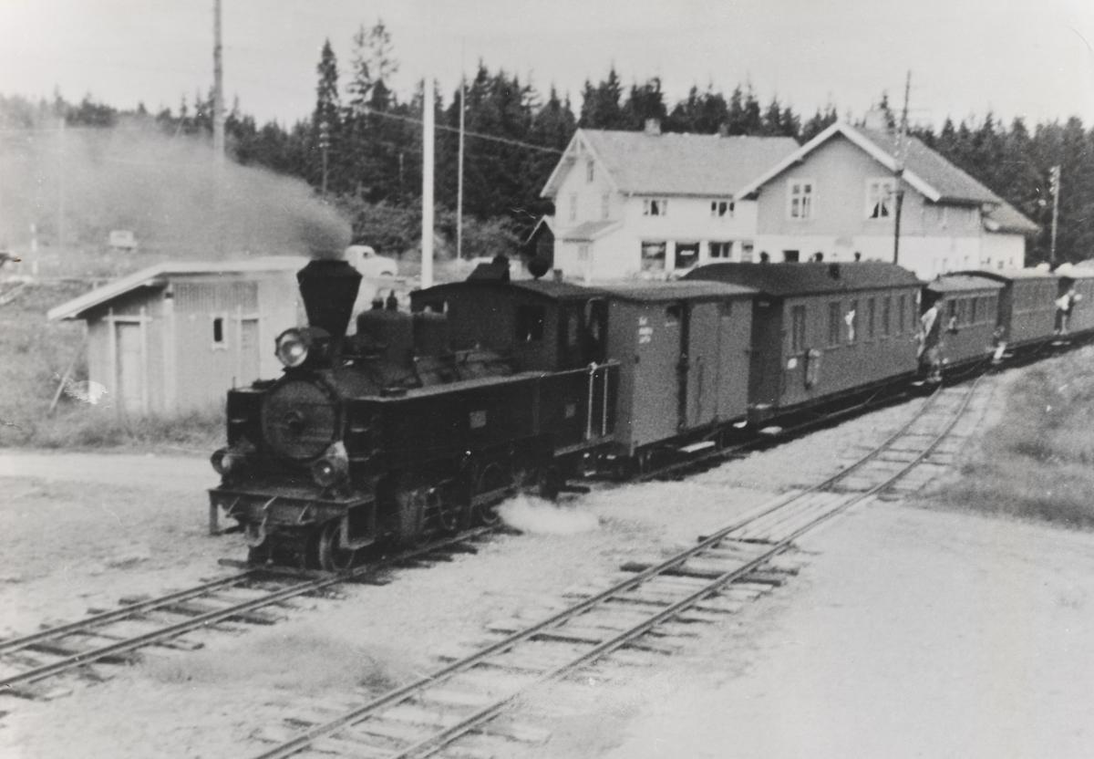 Tog retning Skulerud står på Hjellebøl stasjon.