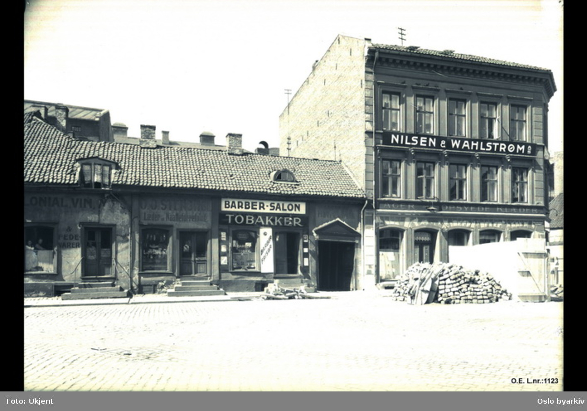 """Vaterland, tobakksforretning, """"Barber-salon"""", """"Nilsen & Wahlstrøm"""", Elvegaten 27 sett fra sør"""