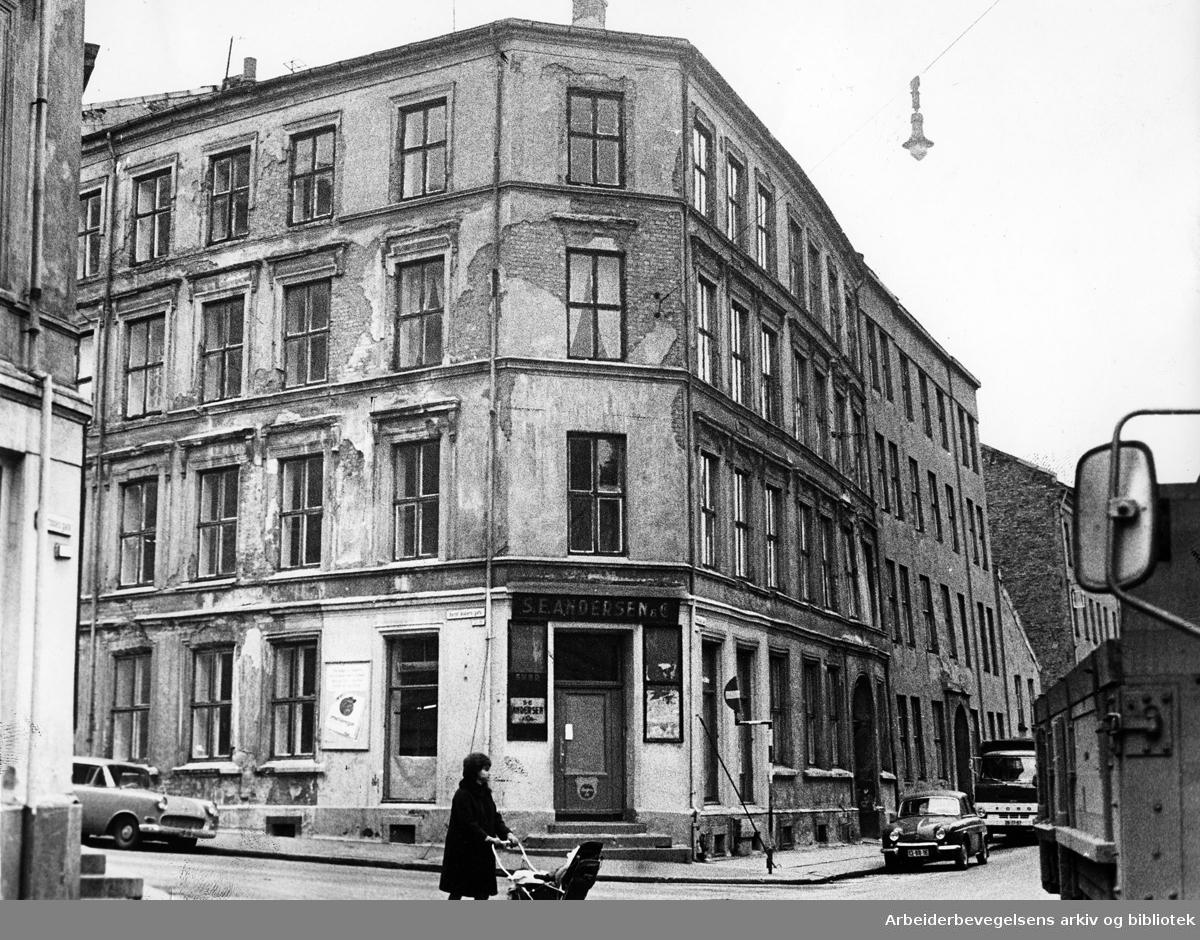 Kondemnable bolighus på hjørnet av Bernt Ankers gate og Mariboes gate 10 og 12,.1967