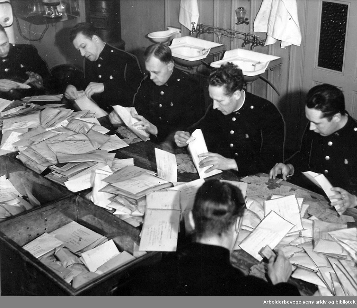 Rasjoneringskortene blir kontrollert av Oslo Politi,.september 1939.