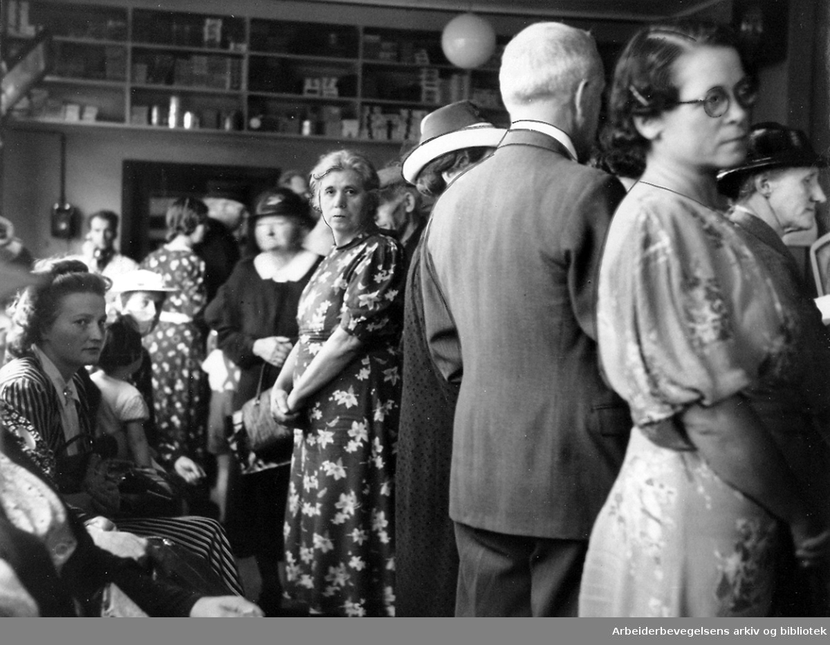 Matrasjonering, .september 1939..Husmødre i kø i matvareforrening.