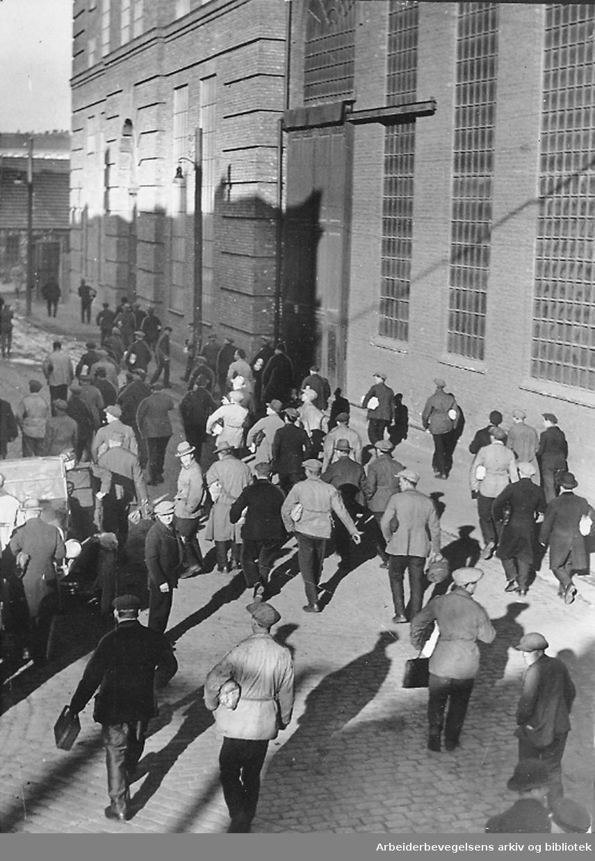 Akers Mekaniske Verksted, arbeidere på vei inn,.1937
