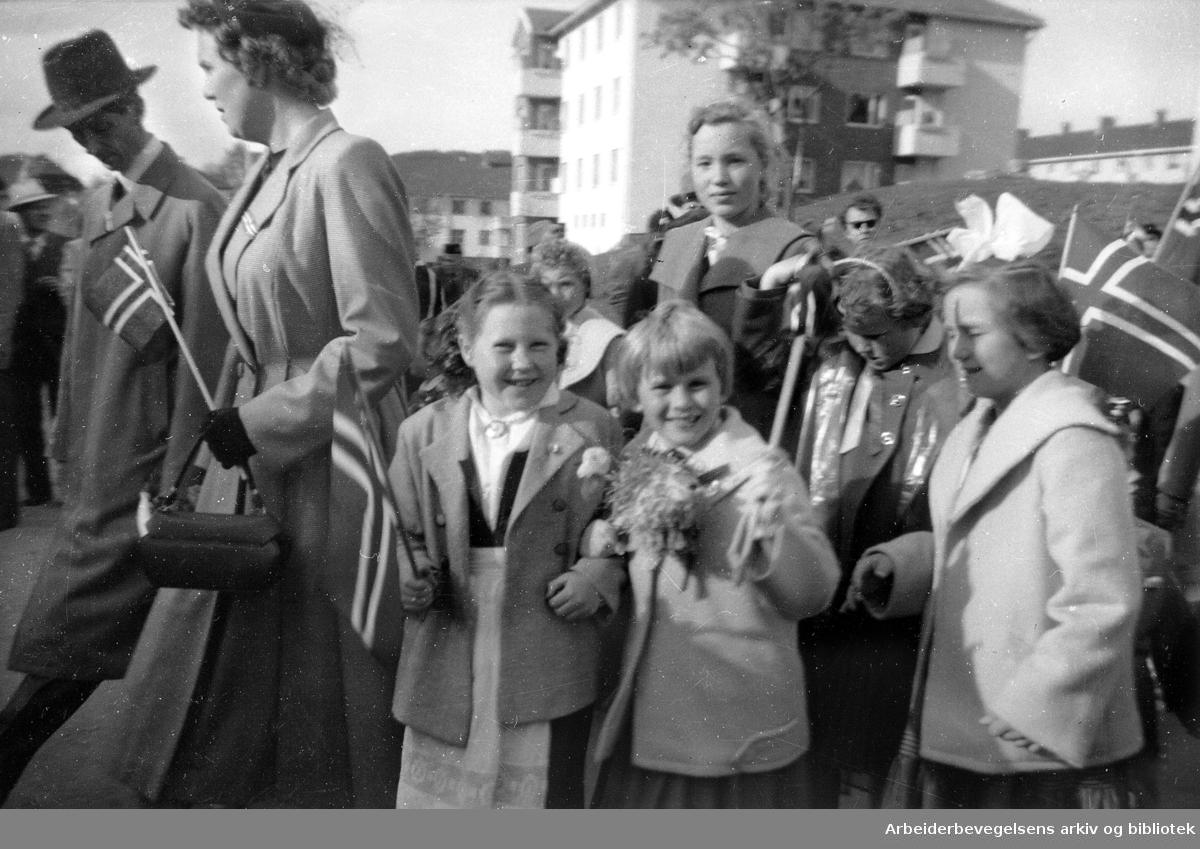 Barn i 17. mai-tog 1956