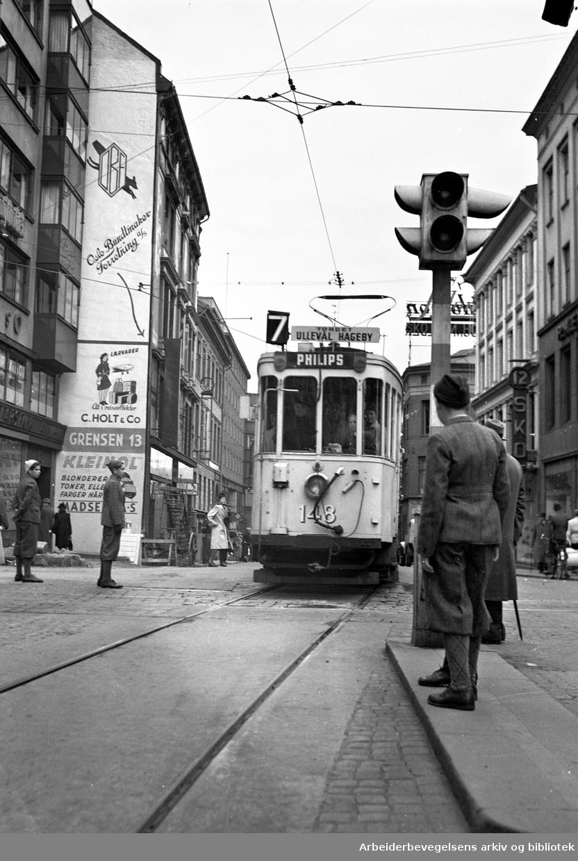 Trikkelinja fra Torget, nå Stortorget, til Ullevål Hageby, åpner, .19. oktober 1947..Her fotografert i Grensen..