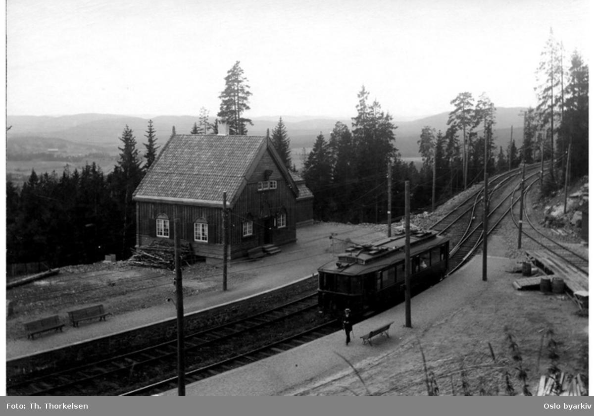 Holmenkollen sanatorium stasjon på Tryvannsbanene. Der Holmenkollen stasjon ligger i dag. Holmenkollbanen.