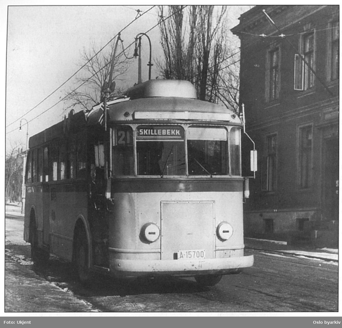 Oslo Sporveiers, A-15700 SV/NEBB ombygd 1943, linje 21 med blendede lykter. Destinasjonsskilt i front - Skillebekk