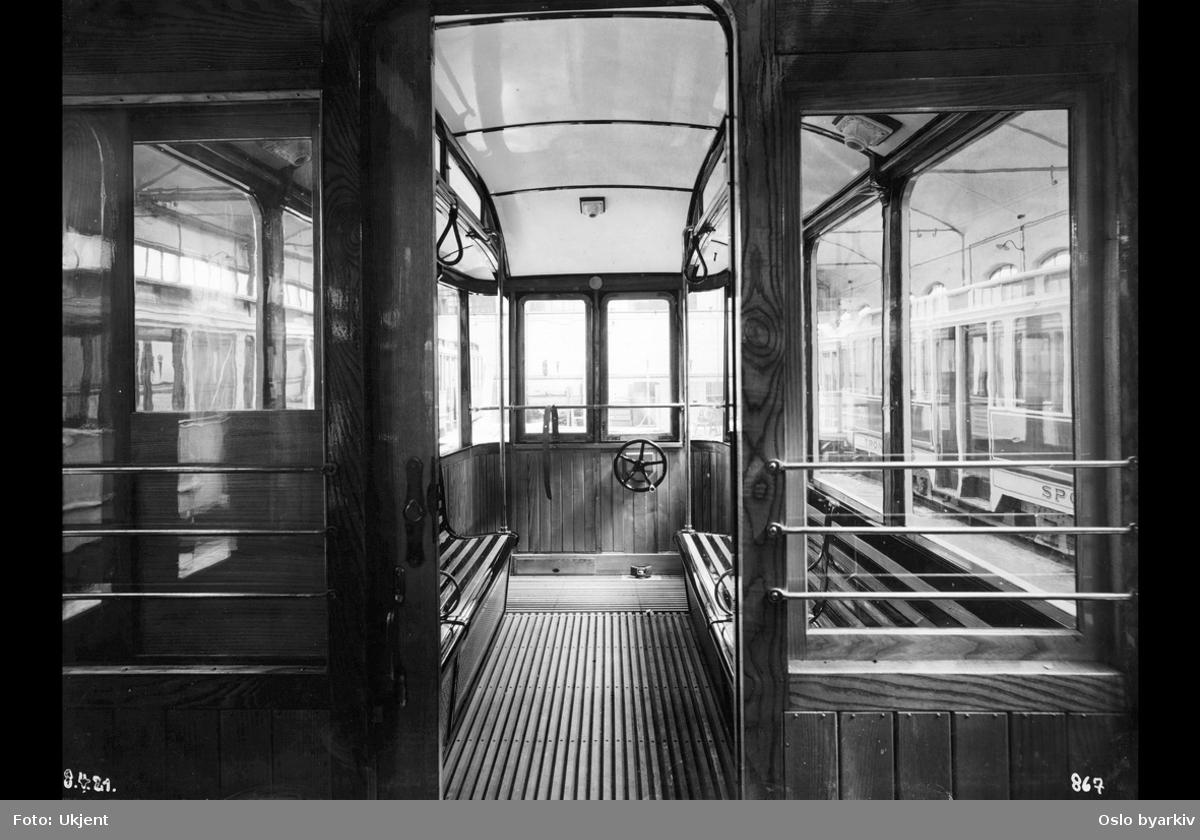 Interiør fra vogn bygget for Trondheim Sporvei i Trondheim. HaWafabrikken leverte 12 tilhengere av denne typen til Trondheim Sporvei i 1922.