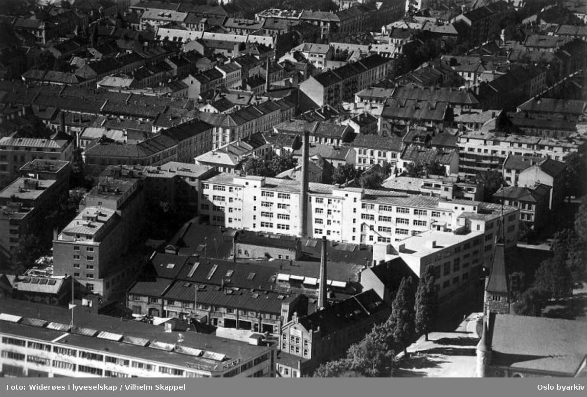 Kristiania Brødfabrikk A/S i Pilestredet mot Norabakken og Fagerborg kirke. Bygårder. (Flyfoto)