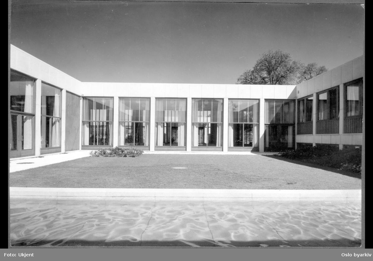 """Åpen (Indre) """"borggård"""" på Munchmuseet med plen, blomsterbed og vannbasseng."""