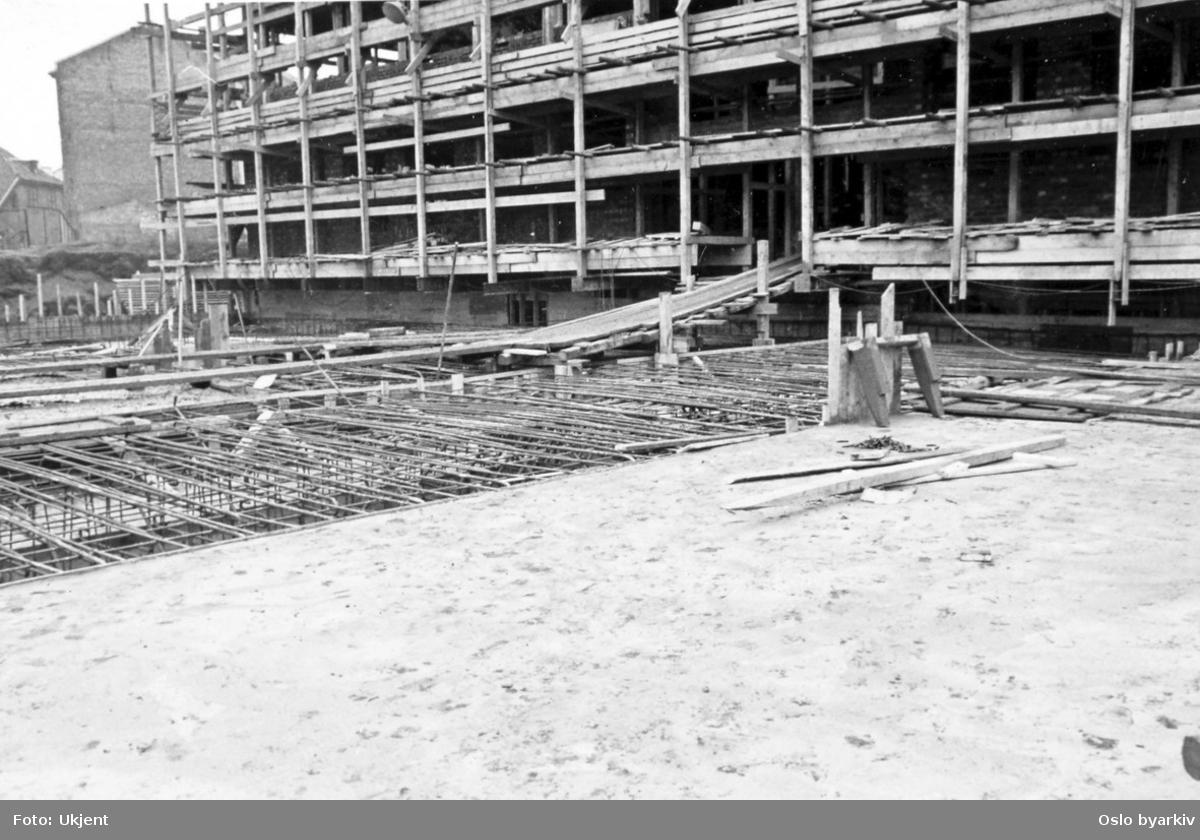 Fra byggingen av hovedbrannstasjonen. Sokkel / Grunnetasje. Armerings- og betongarbeide. Reisverk. Stillaser.
