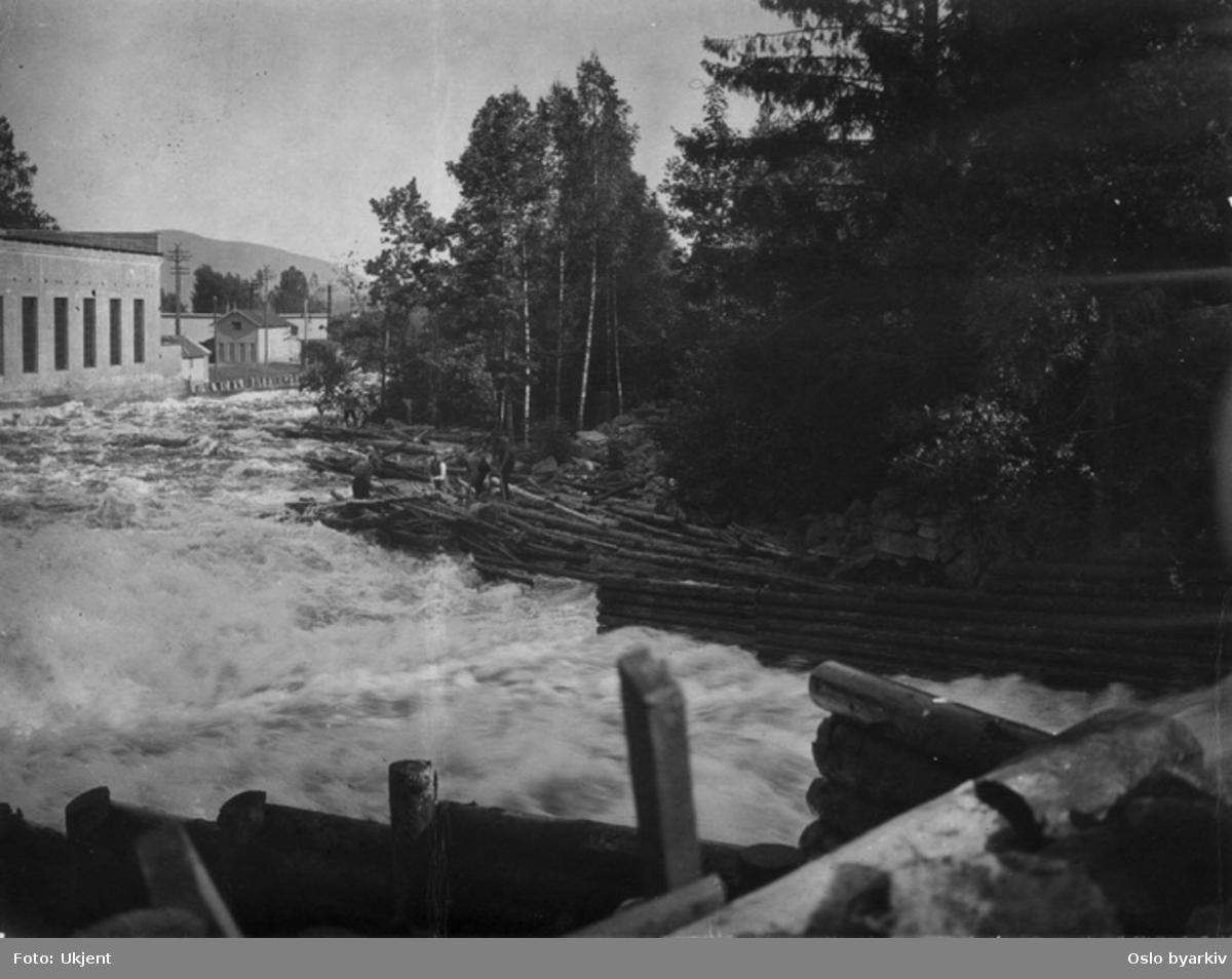 Skjersjøelva under tømmerfløtingen ned forbi Hammeren kraftstasjon til venstre (Norges eldste i daglig drift).
