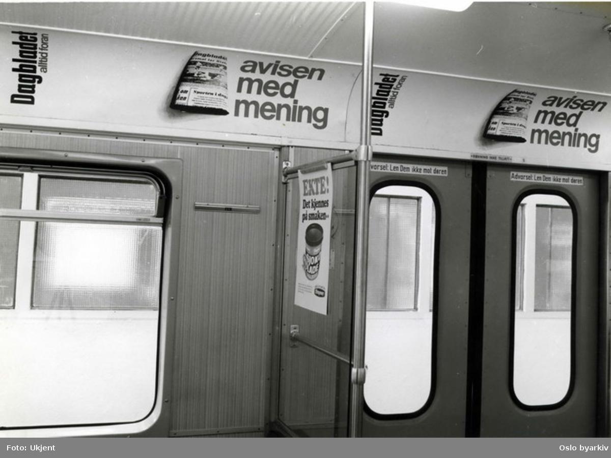 Interiør i en T-banevogn tilhørende Oslo Sporveier. Reklame for Dagbladet.