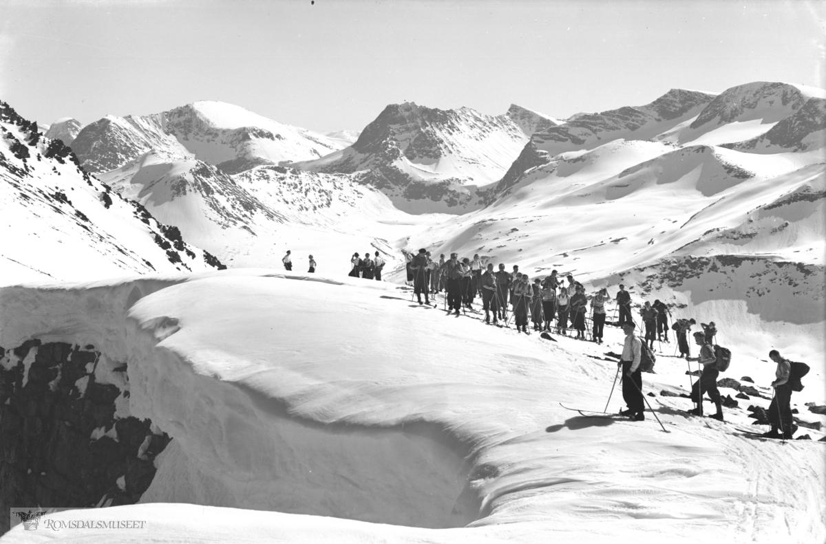 Turistforeningens (Hjelvikskåla?) Skåla tur i 1936. Skiløpere mot Måndalen.