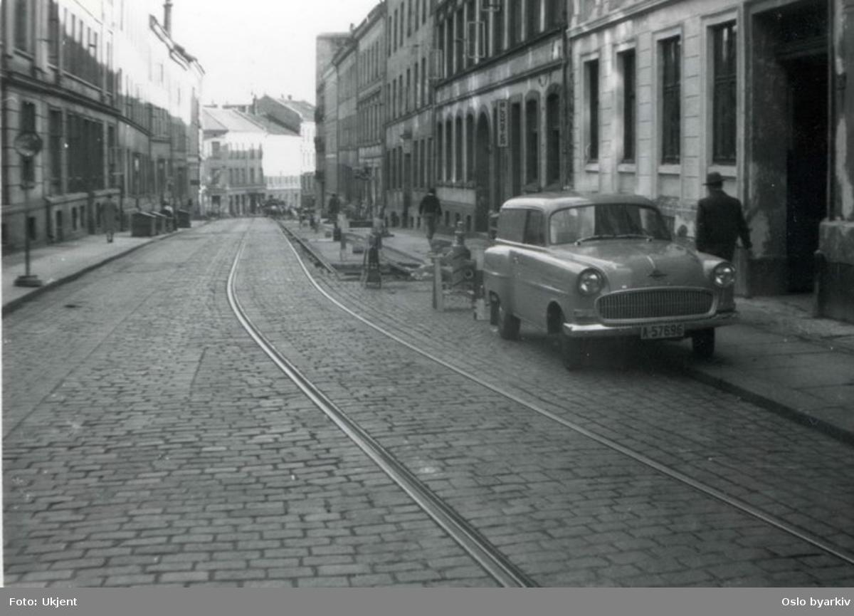 Welhavens gate med trikketrase sett nedover. Veiarbeide. Opel privatbil.