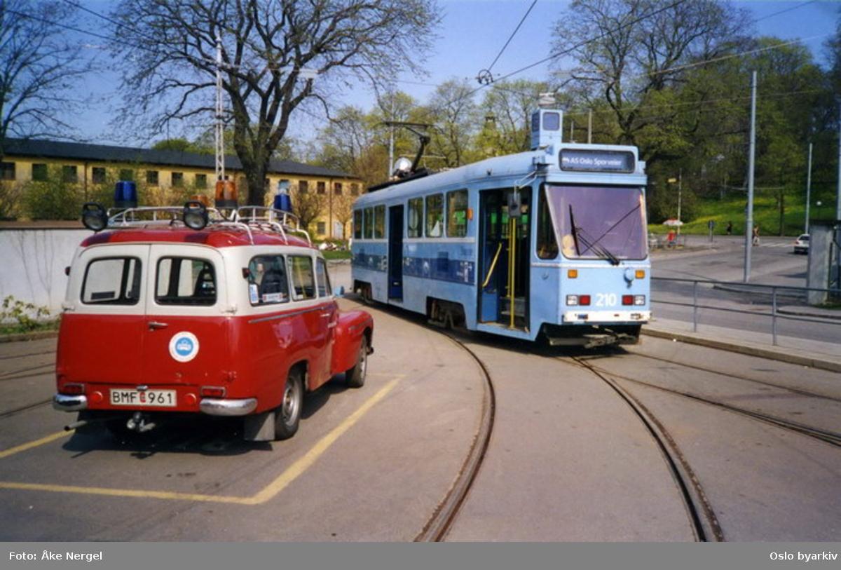 """Vogn 210 ble gitt til Stockholms Spårvägar (SS) - Djurgårdslinjene da vogntypen ble tatt ut av bruk i Oslo i 2000. Her ved Djurgårdslinjens vognhall ved Allkäret sammen med SS utrykningsbil, en Volvo Duett (""""Putte"""")"""