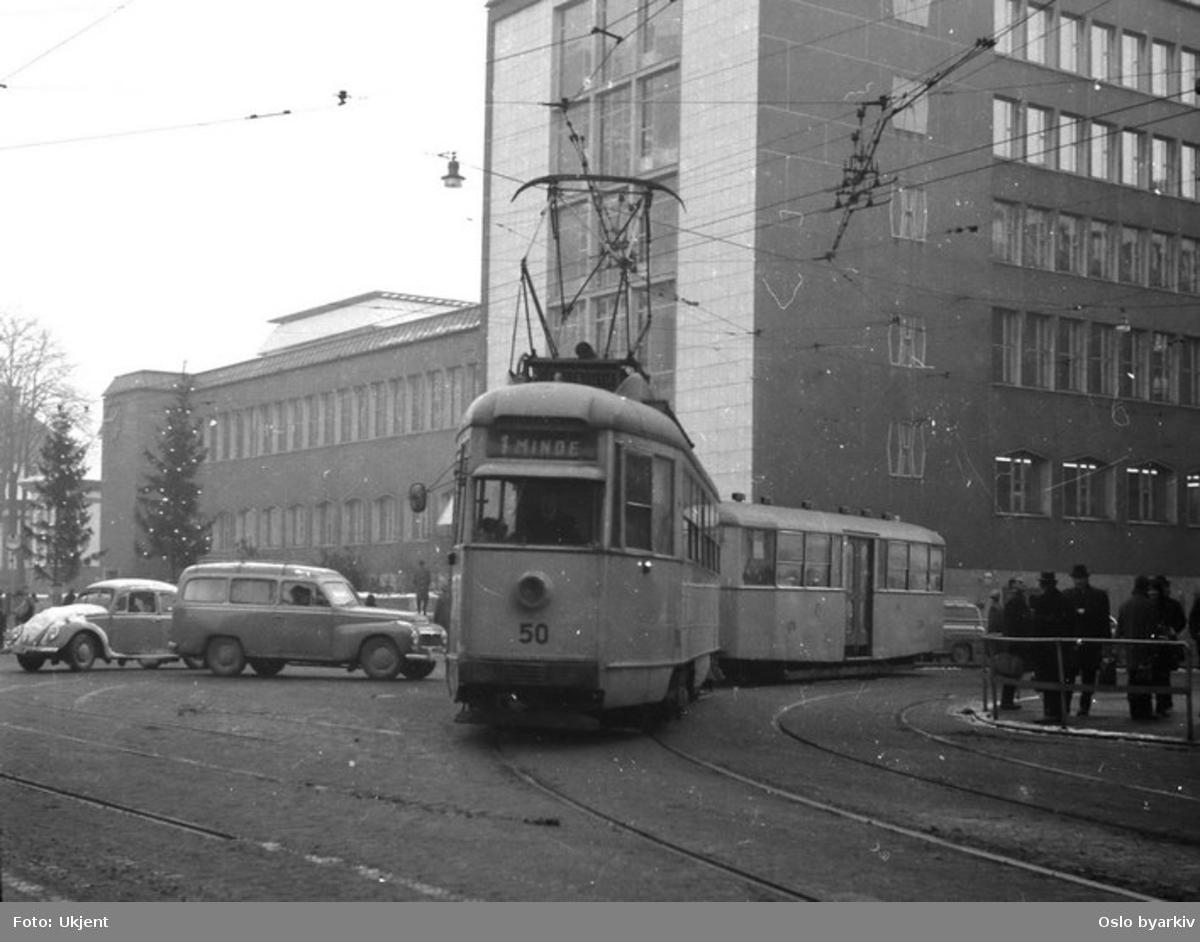 Bergen Sporveis motorvogn nr. 50 i linje 1.Vogna svinger fra Olav Kyrres gate inn i Strandgaten, en av de siste dagene med klassisk trikkedrift i Bergen, desember 1965.