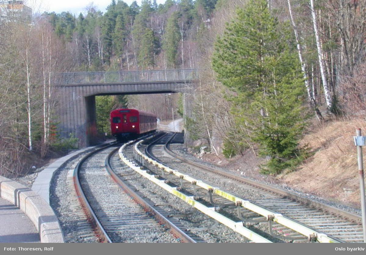 Oslo Sporveier. Østensjøbanen. T-banevogn 1116, serie T3, i tog på linje 3 på utgående, her under brua før Skullerud stasjon.