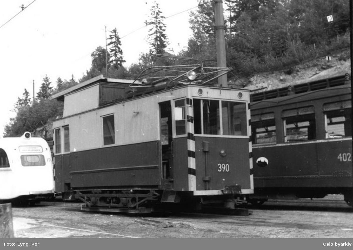 Trikk type U nr. 390, B2 nr 159, D2 nr. 402. 390 er ledningsvogn ved Avløs vognhall.