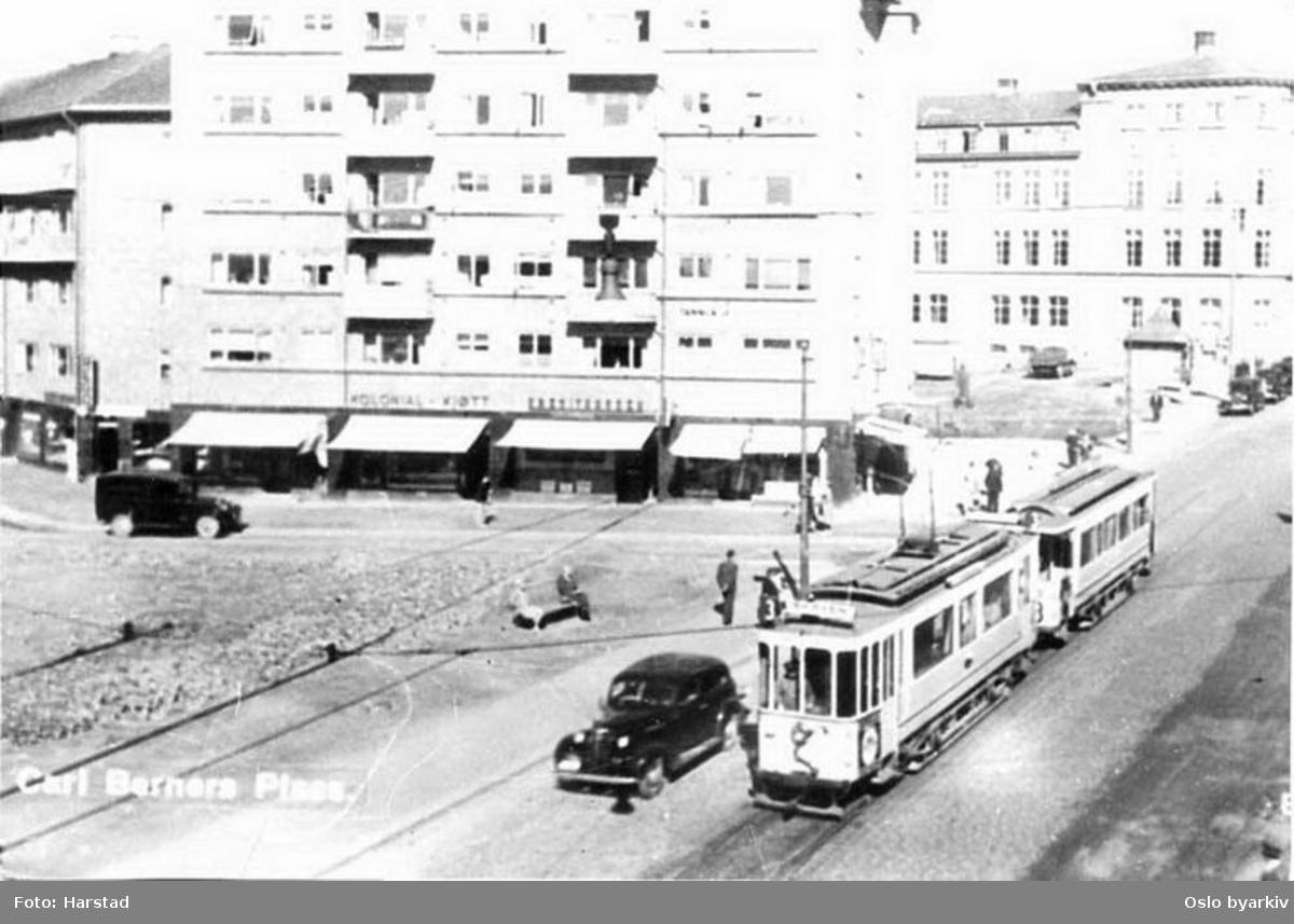 Oslo Sporveier. Trikk motorvogn 70 type SS lang (fra 1914) linje 3, Skøyen-Sinsen, på Carl Berners plass (endestasjon til 1939) i Trondheimsveien. Sophies Minde sykehus (åpnet her 1938) i bakgrunnen. Bilde tatt en gang mellom 1935-1938.