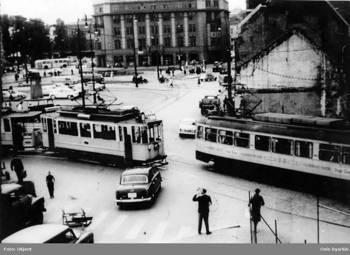 Oslo Sporveier. Trikk motorvogn 95 type SS linje 5, Østbanen-Sagene. Ekebergbanen motorvogn 1012, Mercedes 180 drosje. Trafikkmiljø.