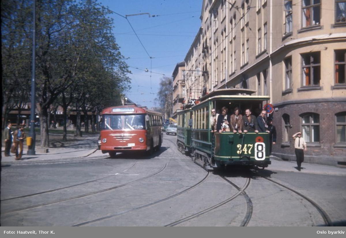 Oslo Sporveier. Trikk tilhenger type SS nr. 347, uhistorisk grønn fargsetning (skulle vært KES), veterankjøring for SHS, her Arendalsgata. Buss til Sagene.