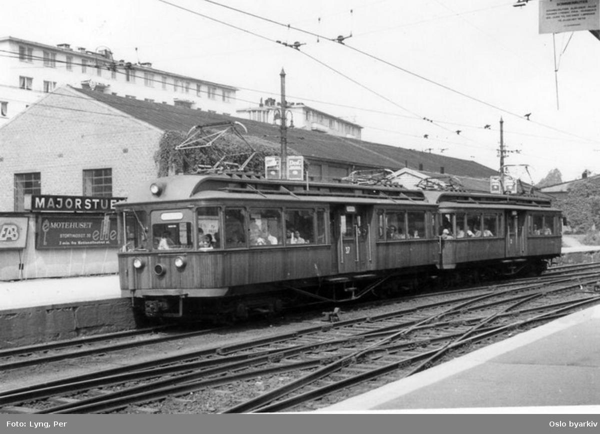 """Holmenkollbanens Skabo (teak)motorvogn 31 og 37 type (fra) 1910 og 1912 (""""trunker"""", de første boggivogner ombygd til midtinngang 1946-1950) slik vognene så ut på slutten (tatt ut av trafikk 1978). Vognhall."""