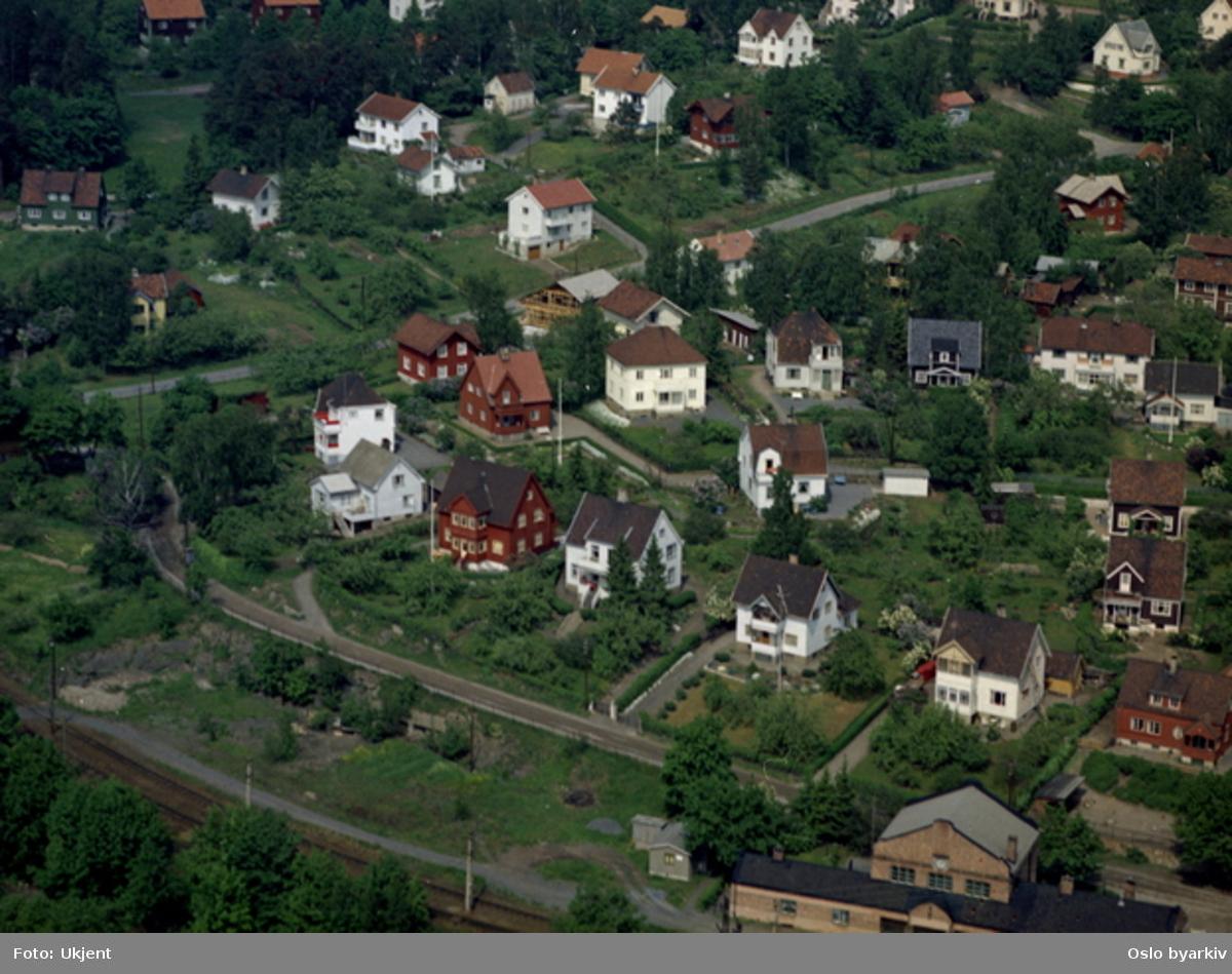 Villabebyggelse i Sponhoggveien og Hartmanns vei på lilleaker. Deler av Ørakerstasjon (senere Lilleaker stasjon), endestasjon for Lilleakerbanen. Villabebyggelse. (Flyfoto)