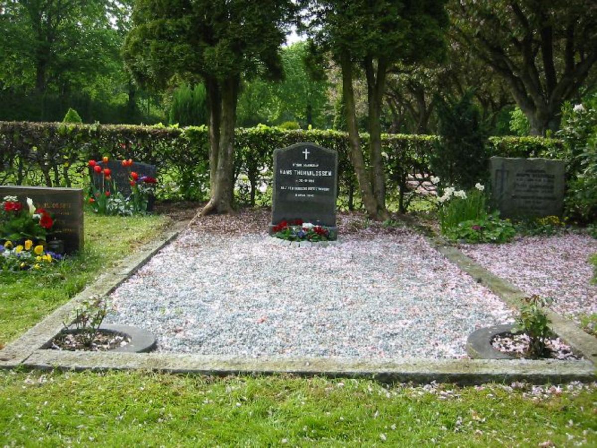 Vanlig gravsten h 0.90, b 0,57, d 0,15. Omkranset av steinbord på 5 x 2,5 m (Familiegravsted)