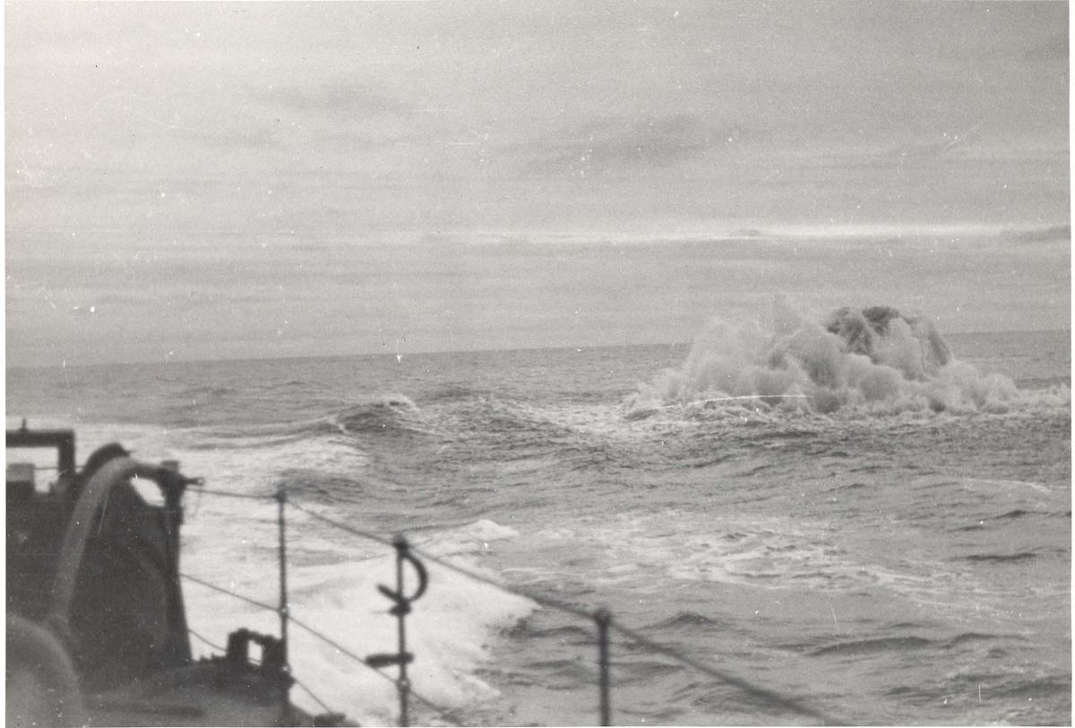 Enkeltbilde. Jageren Stord i konvoy til Murmansk. Eksplosjon under et angrep på tysk ubåt