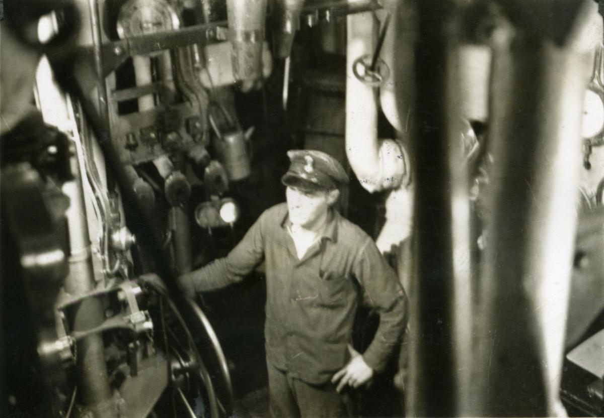 """Album Glaisdale H.Nor.M.S. """"Glaisdale"""". Fotograf: Ltn.Knudtzon. Maskinrom."""