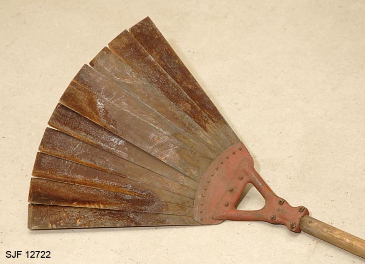Slagredskap til slokking av brann på tørr mark, blant annet i skog.  Redskapet er lagd med de bartrekvistene som tradisjonelt er blitt brukt til å banke ut ild i gras og lyng som forbilde, men av mer brannbestandige materialer.   Redskapet har et 217, 8 centimeter langt, runddreid treskaft med tre centimeters diameter.  I den ene enden er det et triangulært beslag som er lagd av ei tre millimeter tjukk jernplate, festet ved hjelp av to U-formete bøyler med endemuttere.  Til dette beslaget er det festet ei buet plate, som tjener som festepunkt for ti fem centimeter bred og 32 centimeter lange stålblad som er naglet i vifteform forover.  Denne stålbladvifta ble pisket mot brennende markvegetasjon for å slokke ilden.  Metallet i stålspilene er rustent, mens beslaget som tjener som feste i skaftenden er rødlakkert.